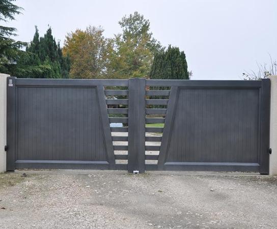 Quel que soit votre projet vous ne voulez pas vous ruiner sans pour autant  négliger la qualité   Miser sur un portail en aluminium est la solution et  nous ... 973cc8473aec